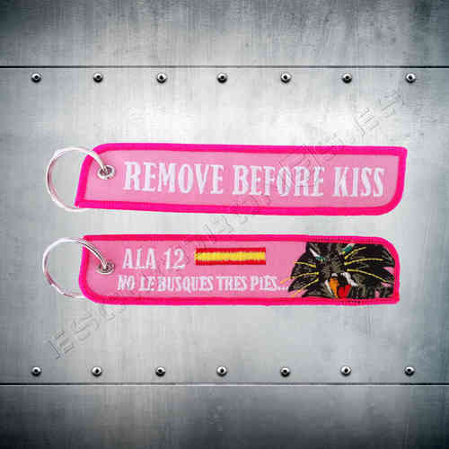 Llavero bordado REMOVE BEFORE KISS Ala 12 Rosa