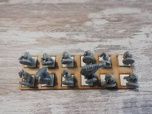 Tray of 12 miniatures movement in 20x20mm harasser